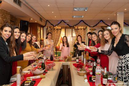 Marina Civera y las Falleras Mayores de las Fallas pertenecientes a la Federación de Fallas 1A durante la cena de Navidad de la Federación.
